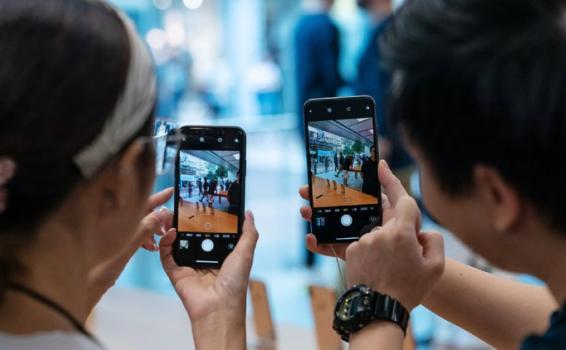 Dos personas sostenido cada uno un celular