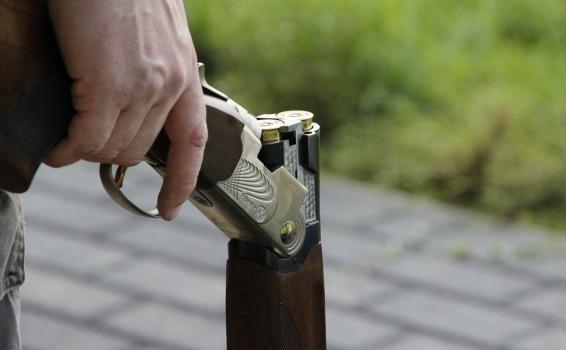Persona sosteniendo un arma