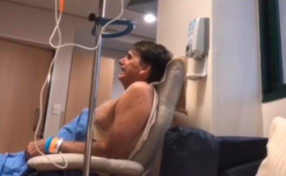 Presidente da República Jair Bolsonaro em uma cama
