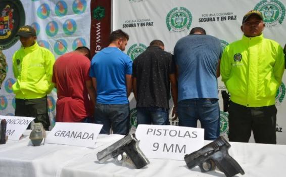 Personas capturados fotografiadas de espaldas