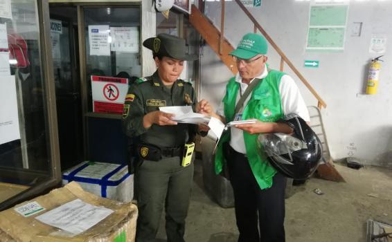Policia con personal de la AUNAP en controles