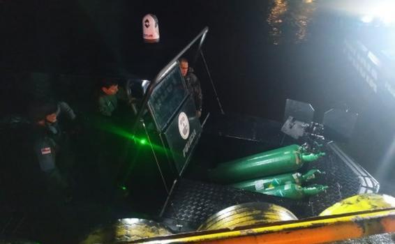 image for Agentes da base Arpão transportam cilindros de oxigênio para Tefé