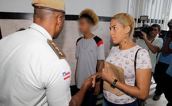 image for Mãe de jovem agredido por PM processará o Estado