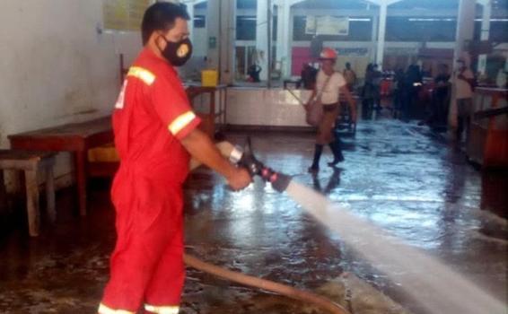 image for Bomberos realizar trabajos de limpieza y baldeado del mercado Clavero