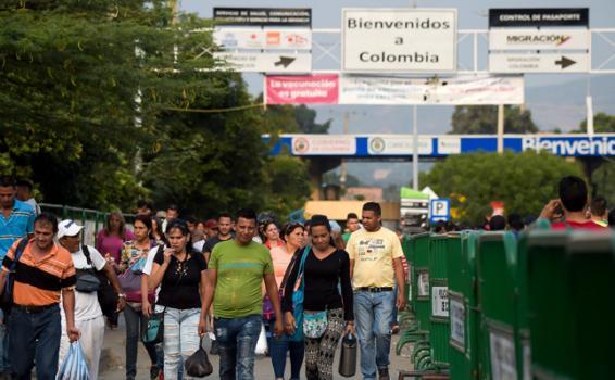 image for Maduro reabre pasos fronterizos entre Venezuela y Colombia