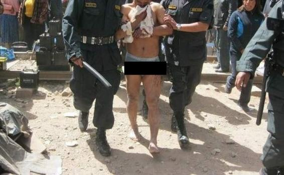Policias sacando a un ladron de la multitud linchandolo