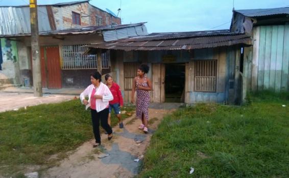 Personas saliendo de una casa
