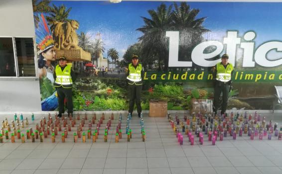 Personal de la policia en frente de contrabando incautado