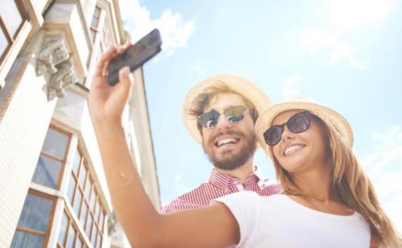 Una pareja montandose una foto con el celular