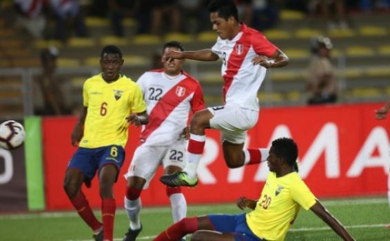 Jugadores de las selecciones de Peru y Ecuador en un partido