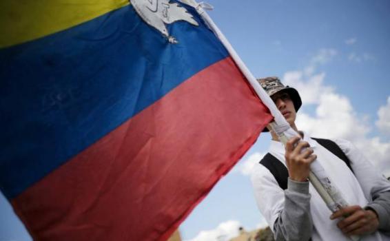 Persona sosteniendo una bandera