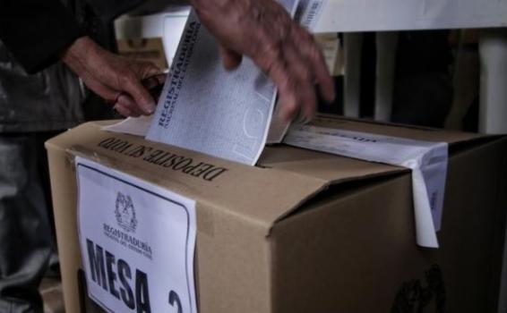 Persona colocando un papel en una caja