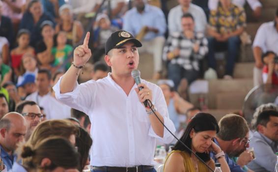 Ministro de vivienda Jonathan Malagón interviniendo ante un publico