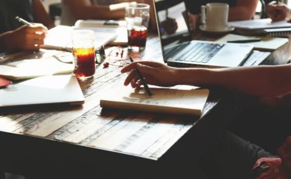 Personas en una mesa trabajando