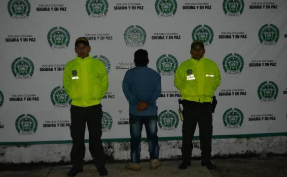 Capturado al lado de dos policias