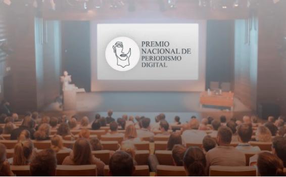 Personas en un salon de evento recibiendo conferencia