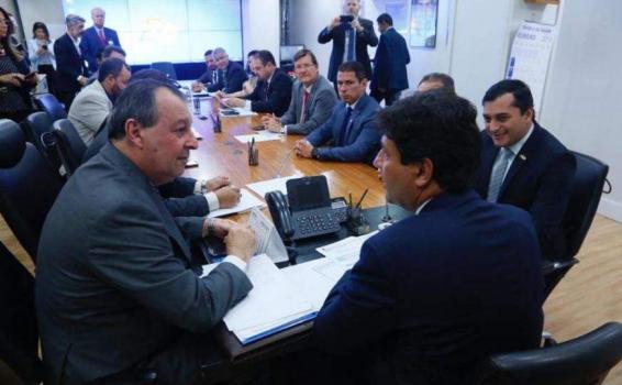 Pessoas reunidas em um escritorio