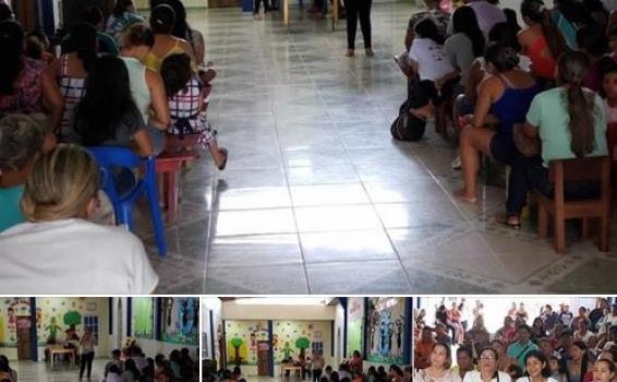 Pessoas em uma reuniao da igreja