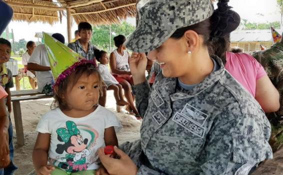 Fuerza Aérea Colombiana, extiende sus alas para llevar sonrisas a niños indígenas en la Amazonía