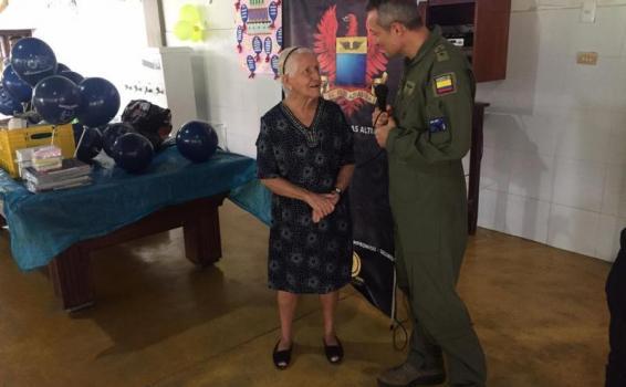 Abuelitos del Amazonas reciben con los brazos abiertos a la FAC