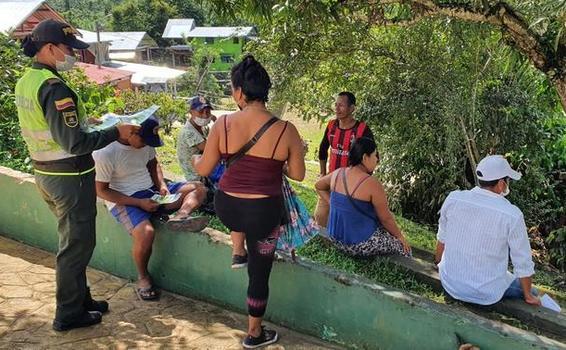 EN PUERTO NARIÑO, POLICÍA SENSIBILIZA A CIUDADANOS PARA EL USO ADECUADO DEL TAPABOCAS