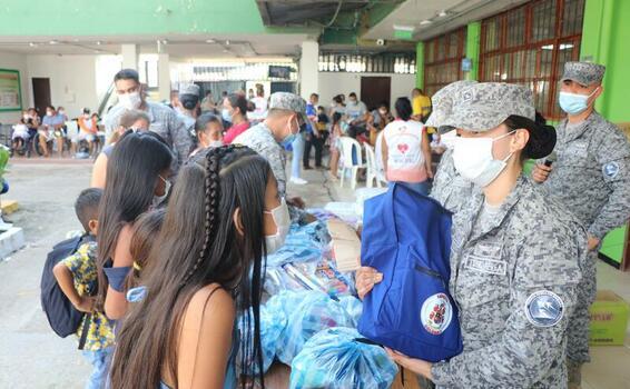 Con la entrega de materiales educativos, su Fuerza Aérea Colombiana le apuesta a la permanencia escolar