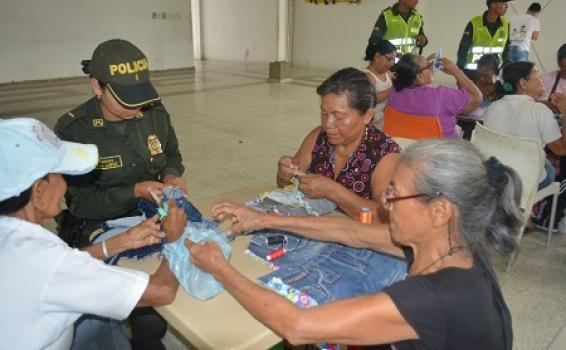 LA POLICÍA NACIONAL ACOMPAÑA A LA TERCERA EDAD CON AMOR Y DIVERSIÓN