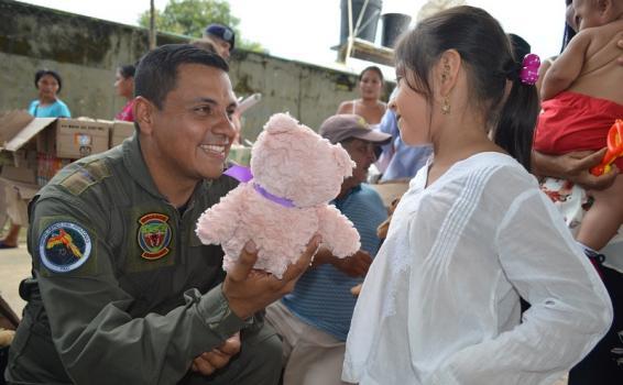 Niños y niñas de las comunidades indígenas en el Amazonas fueron beneficiadas por la Fuerza Aérea Colombiana