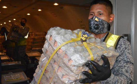 Toneladas de alimentos siguen siendo transportados por su Fuerza Aérea Colombiana para el Amazonas
