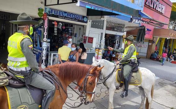 GRUPO DE CARABINEROS DE LA POLICÍA RECORRE LAS CALLES DE LETICIA