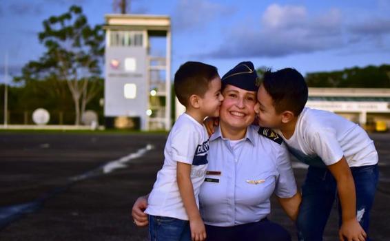 Mujer militar entre la vocación de servicio y ser madre