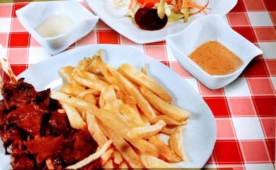 Plato con carne y papas
