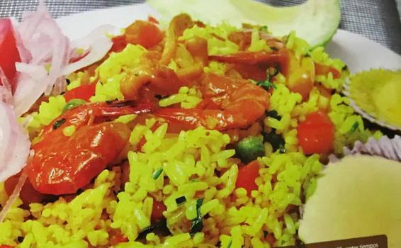 Plato con arroz y mariscos