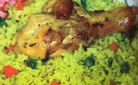 Plato de arroz con una pierna de pollo