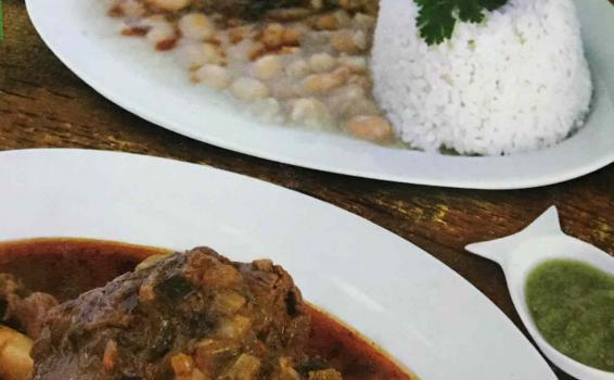 Dos platos de comida servida en una mesa