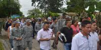 Personas en una marcha en semana santa