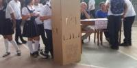 Urnas en momentos de estudiantes en un colegio de Leticia