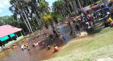 Personas bañandose en un lago en Iquitos