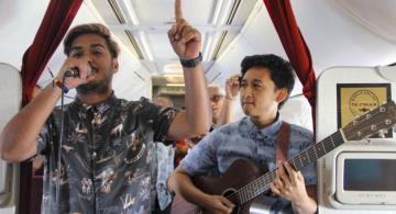 Personas en un avion dando un concierto