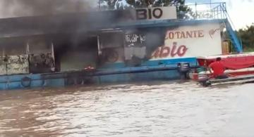 image for Embarcación flotante de gasolina se incendia