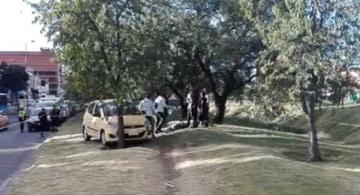 Carro de taxi en una acera