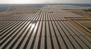Paneles solares puestos en una gran zona