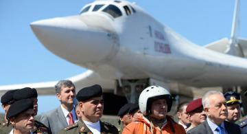 Personas detras de un avion ruso
