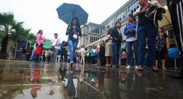 Personas en una calle de Peru en medio de la lluvia