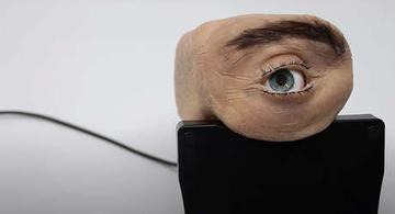 image for Crean una inquietante cámara web con aspecto de ojo humano