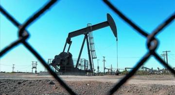 Petrolera detras de una cerca
