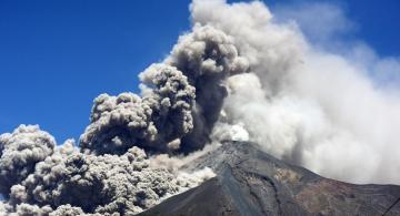 Volcan en Guatemala haciendo erupcion