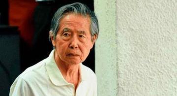 Alberto Fujimori de camiseta blanca