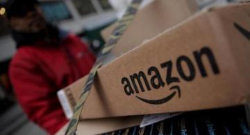 Persona sosteniendo una caja de Amazon