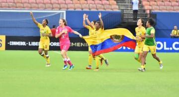 Atletas corriendo con una bandera en un campo de futbol